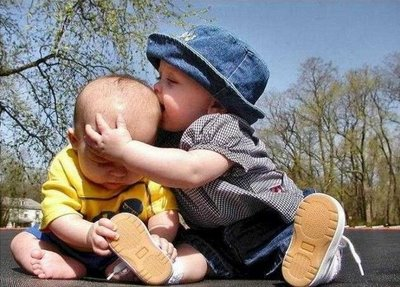 crianca mordendo outra crianca 1
